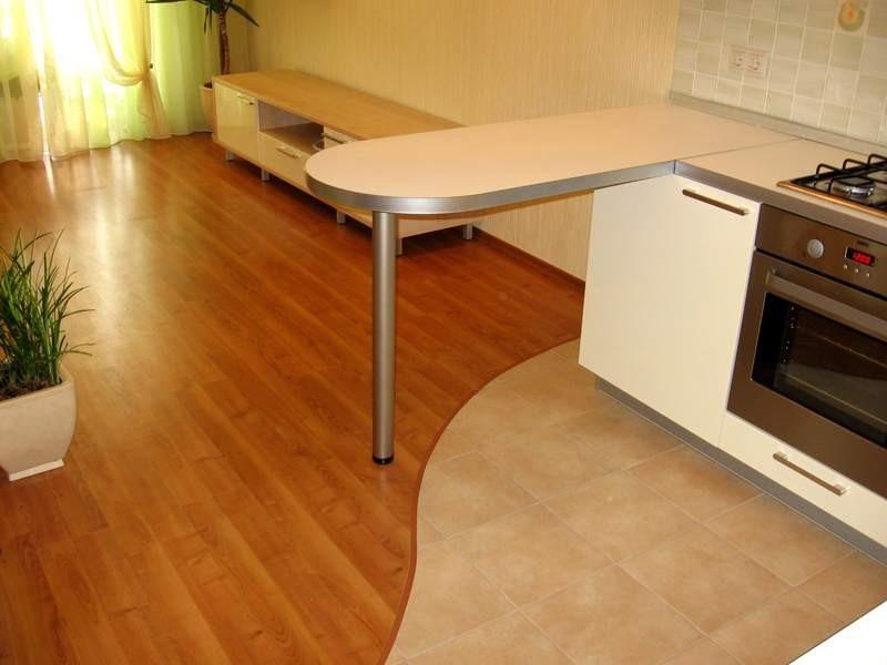 Ламинат в комнате хорошо совмещен с плиткой на кухне